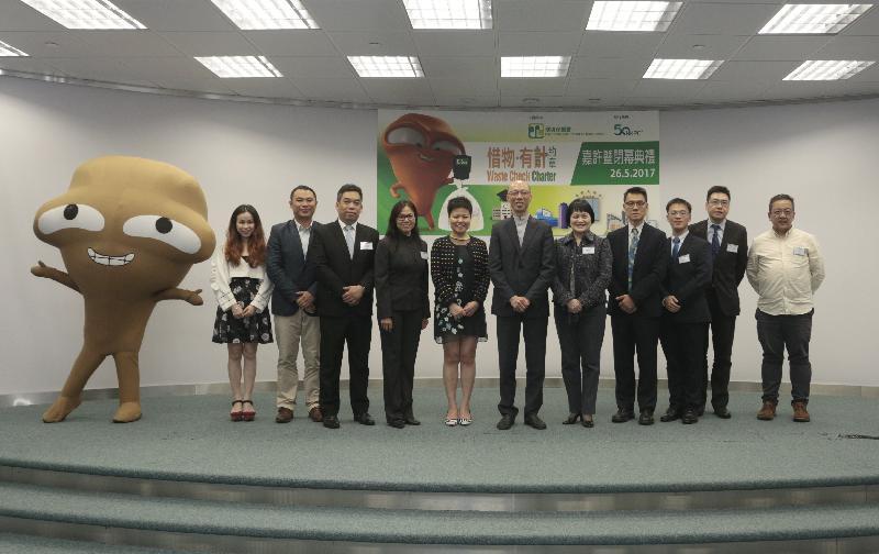 環境局局長黃錦星(中)、香港生產力促進局總裁麥鄧碧儀(右五)今日(五月二十六日)聯同其他嘉賓與《惜物.有計》約章簽署機構代表合照。