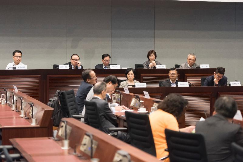 立法會議員與中西區區議會議員今日(五月二十六日)在立法會綜合大樓討論都市固體廢物收費實施詳情及區內非法棄置垃圾問題。