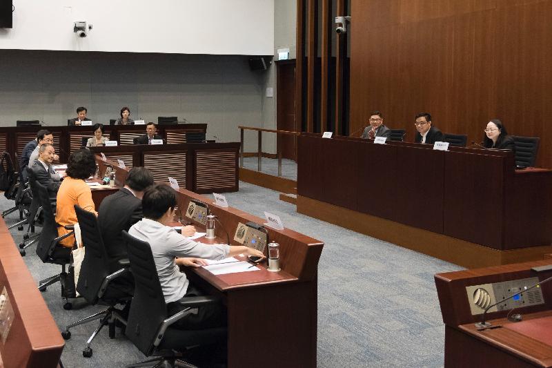 立法會議員與中西區區議會議員今日(五月二十六日)在立法會綜合大樓就公眾關注的事項交換意見。