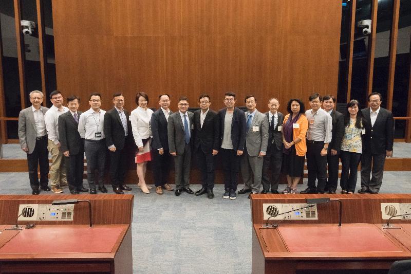 立法會議員與中西區區議會議員今日(五月二十六日)在立法會綜合大樓合照。