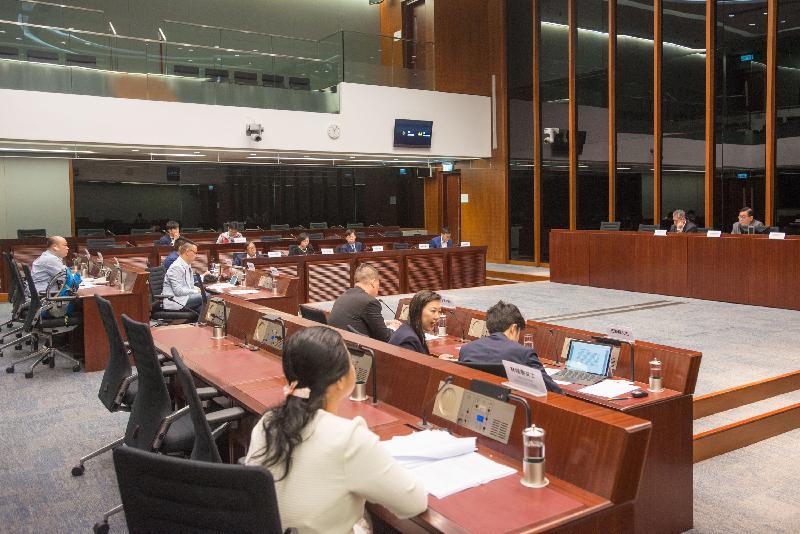 立法會議員與荃灣區議會議員今日(五月二十六日)在立法會綜合大樓就公眾關注的事項交換意見。