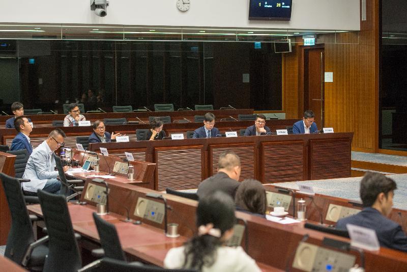 立法會議員與荃灣區議會議員今日(五月二十六日)在立法會綜合大樓討論荃灣海旁臭味問題。