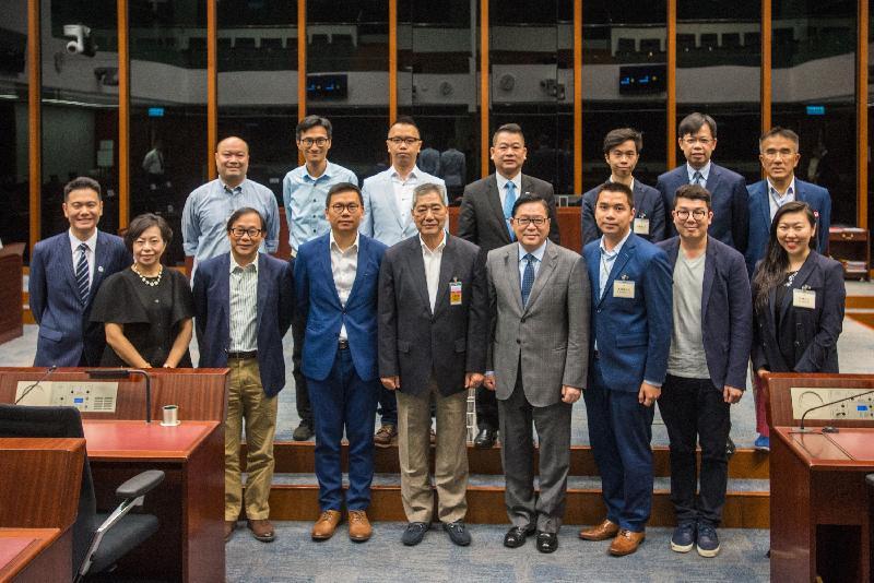 立法會議員與荃灣區議會議員今日(五月二十六日)在立法會綜合大樓合照。
