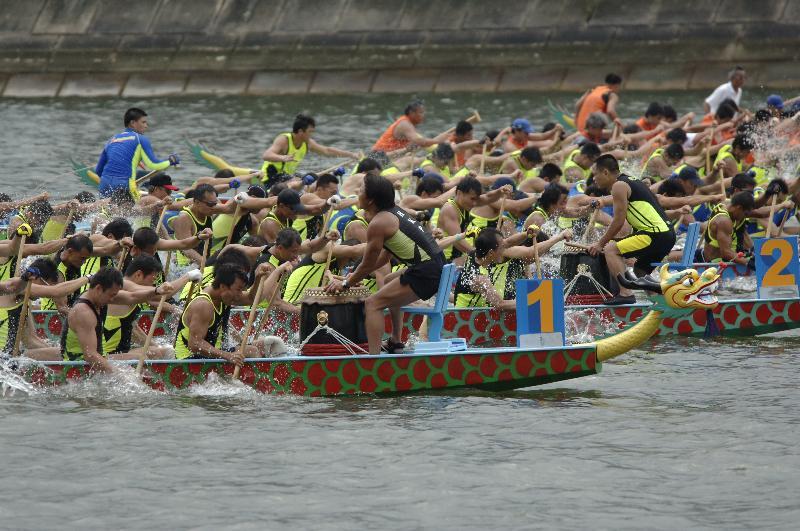 香港多個地區五月三十日(星期二)端午節當日將舉行龍舟競渡賽事,慶祝香港特區成立二十周年,龍舟愛好者亦可於六月二至四日(星期五至日)參加在中環海濱舉行的「香港龍舟嘉年華」。