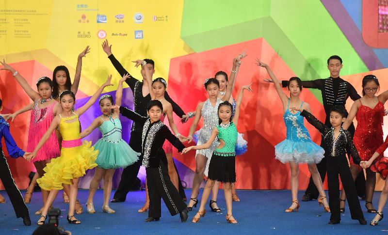 第六屆全港運動會圓滿結束,閉幕暨綜合頒獎典禮今日(五月二十八日)在尖沙咀九龍公園體育館舉行。圖示青少年運動員在儀式中表演體育舞蹈。