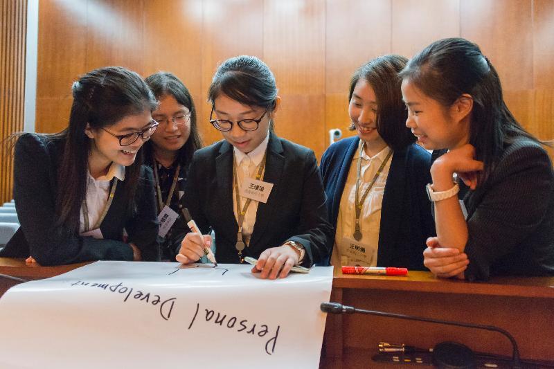 立法會秘書處二○一七年度實習計劃今日(五月二十九日)展開。圖示學生在啟導環節中參與「破冰」遊戲。