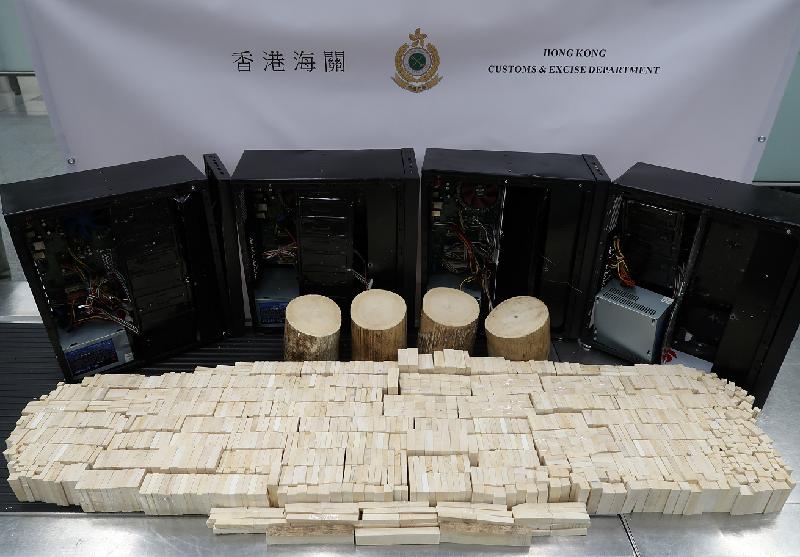 香港海關今日(五月三十一日)在香港國際機場檢獲約四十七點四公斤懷疑象牙製品及十四點五公斤懷疑未加工象牙,估計市值約一百一十萬元。