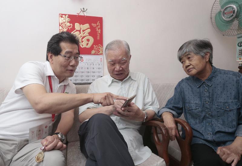 商務及經濟發展局局長蘇錦樑(左一)今日(六月二日)到中西區探訪長者家庭,關心他們的生活情況和需要。