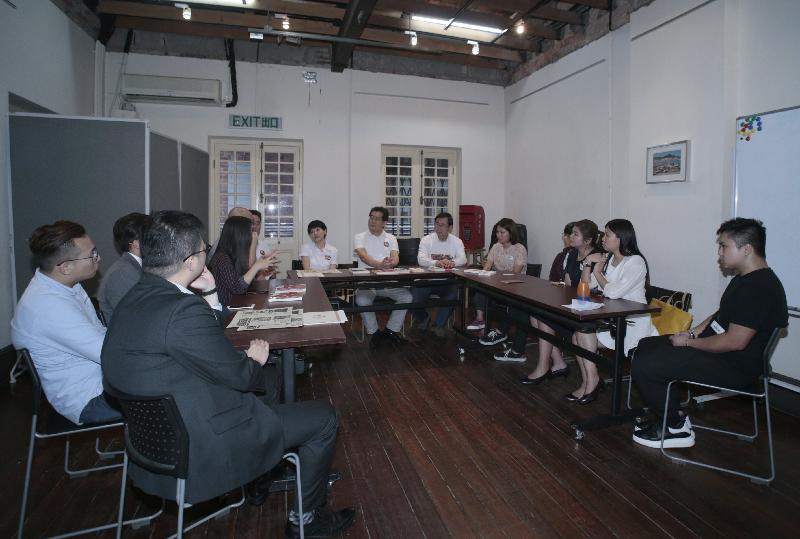 商務及經濟發展局局長蘇錦樑(右七)今日(六月二日)參觀長春社文化古蹟資源中心,並與青年人會面,就參與社區服務和創業交流意見。
