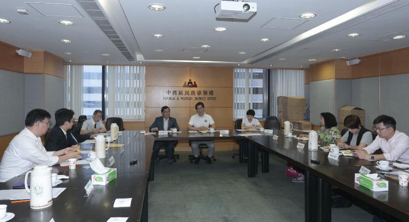 商務及經濟發展局局長蘇錦樑(中)今日(六月二日)到訪中西區,並與中西區區議員會面,就地區事宜交流意見。