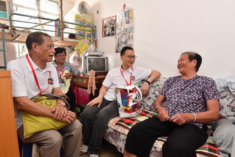 公務員事務局局長張雲正(右二)與離島區議會主席周玉堂(左一)今日(六月三日)探訪長洲一位長者,了解其生活情況和需要,並派發禮物包。