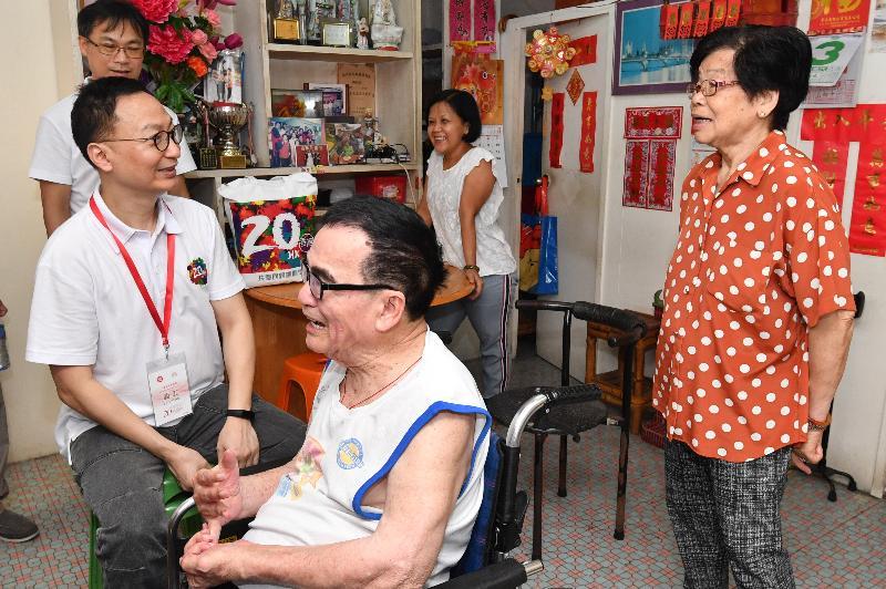 公務員事務局局長張雲正(左一)今日(六月三日)探訪長洲一個長者家庭,了解其生活情況和需要,並派發禮物包。