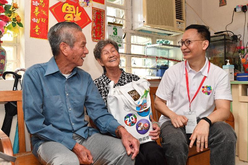 公務員事務局局長張雲正(右一)今日(六月三日)探訪長洲一個長者家庭,了解其生活情況和需要,並派發禮物包。