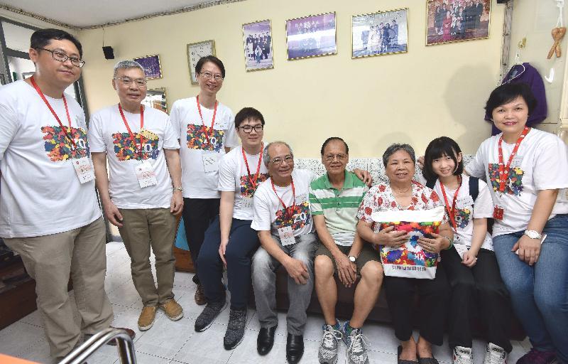 教育局局長吳克儉(中)今日(六月三日)探訪樂民新村的雙老家庭,了解其生活情況和需要,並派發禮物包,共慶回歸。