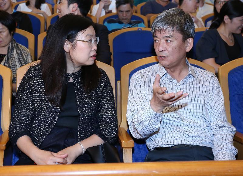 香港中樂團今晚(六月三日)在北京音樂廳演出《精・氣・神》音樂會。圖示香港特別行政區政府駐北京辦事處主任傅小慧(左)與文化部民族民間文藝發展中心主任李松交流。