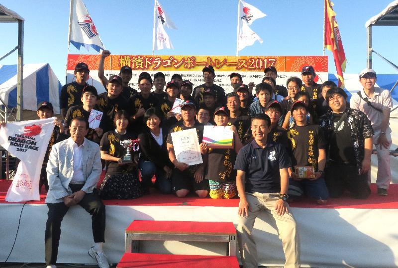 香港駐東京經濟貿易首席代表翁佩雯(前排左四)今日(六月四日)在日本橫濱山下公園舉行的橫濱龍舟競賽與「慶祝香港回歸二十周年」香港杯的優勝隊伍合照。