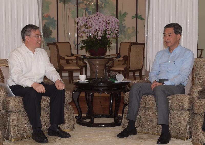行政長官梁振英(右)今日(六月五日)在禮賓府與佛山市委書記魯毅(左)會面,就雙方關注的議題交換意見。
