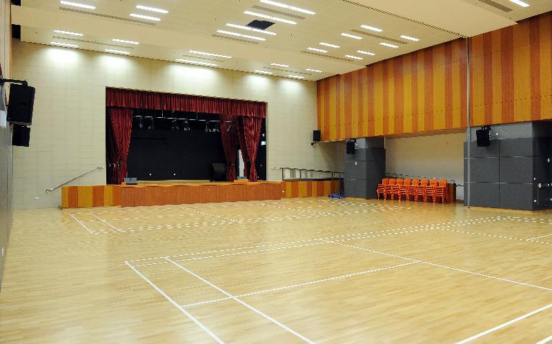 圓洲角社區會堂開幕典禮今日(六月六日)舉行。圖示會堂內可容納444人的多用途禮堂連舞台。