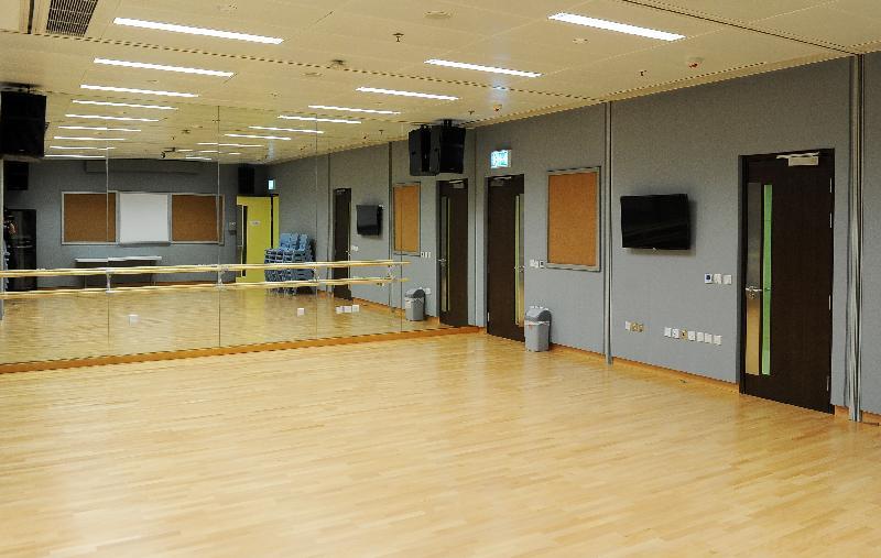 圓洲角社區會堂開幕典禮今日(六月六日)舉行。圖示社區會堂內設有牆身鏡和舞蹈排練槓的會議室,有需要時可改為可供舞蹈練習等多用途的房間。
