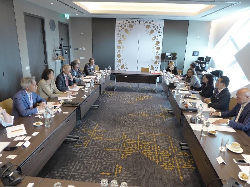 商務及經濟發展局局長蘇錦樑(右二)今日(史基浦時間六月六日)在荷蘭史基浦出席午餐會議向荷蘭商界領袖致辭,並指出香港和荷蘭建立了深厚而長久的聯繫。