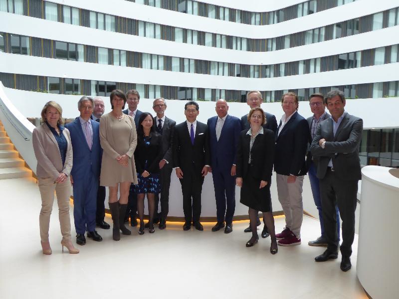 商務及經濟發展局局長蘇錦樑(右七)今日(史基浦時間六月六日)在荷蘭史基浦與荷蘭商界領袖合照。