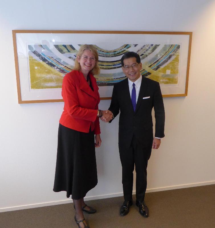 商務及經濟發展局局長蘇錦樑(右)今日(海牙時間六月六日)在荷蘭海牙與海牙市長Pauline Krikke會面。