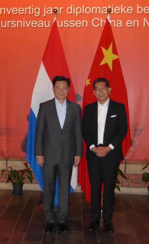 商務及經濟發展局局長蘇錦樑(右)今日(海牙時間六月六日)在荷蘭海牙與中國駐荷蘭大使吳懇會面。