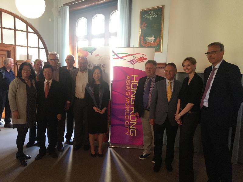 香港駐倫敦經濟貿易辦事處(倫敦經貿辦)今年五月和六月在北歐及波羅的海國家合辦一連串商業研討會及酒會,慶祝香港特別行政區成立二十周年。圖示倫敦經貿辦處長杜潔麗(右五)與來賓於六月一日(哥本哈根時間)在丹麥哥本哈根的酒會合照。