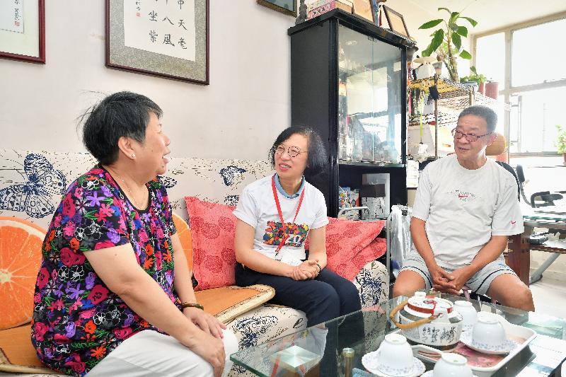 署理食物及衞生局局長陳肇始教授(中)在元朗區主持「共慶回歸顯關懷」計劃啟動禮後到區內進行家訪,了解受訪家庭的生活狀況。