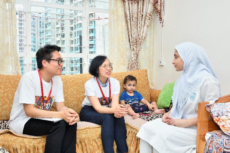在元朗民政事務專員麥震宇(左一)陪同下,署理食物及衞生局局長陳肇始教授(左二)探訪居於天耀邨的家庭,了解他們的生活情況和需要。