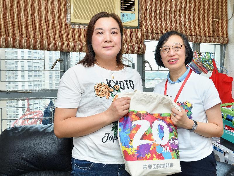 署理食物及衞生局局長陳肇始教授(右)今日(六月九日)到元朗區探訪有需要家庭,並派發「二十周年慶祝活動禮物包」,共慶回歸。