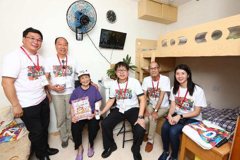 勞工及福利局局長蕭偉強(右三)今日(六月九日)下午到訪黃大仙區,參與「共慶回歸顯關懷」計劃的家訪活動,探訪獨居長者,並致送禮物包。