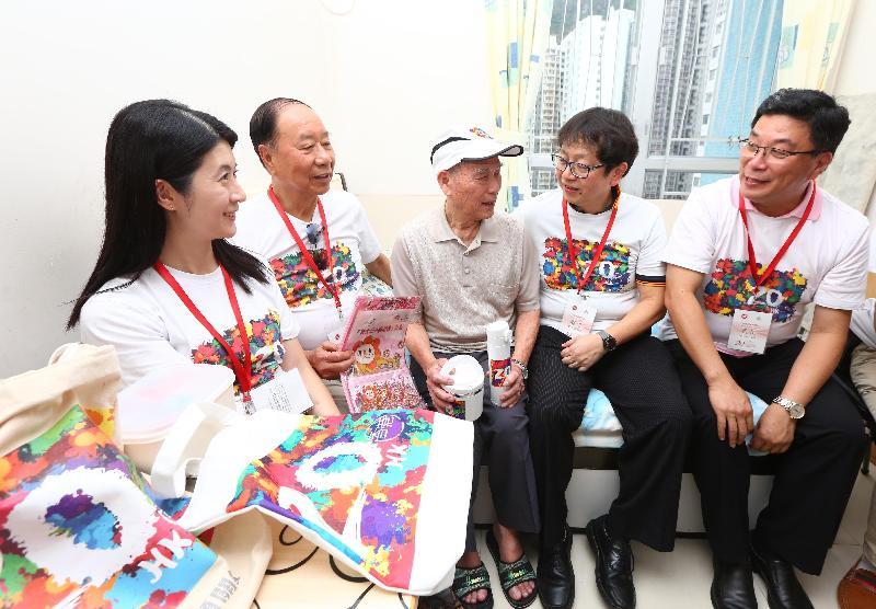 勞工及福利局局長蕭偉強(右二)今日(六月九日)下午到訪黃大仙區,參與「共慶回歸顯關懷」計劃的家訪活動,探訪獨居長者。圖示蕭偉強與長者交談,了解其生活情況。