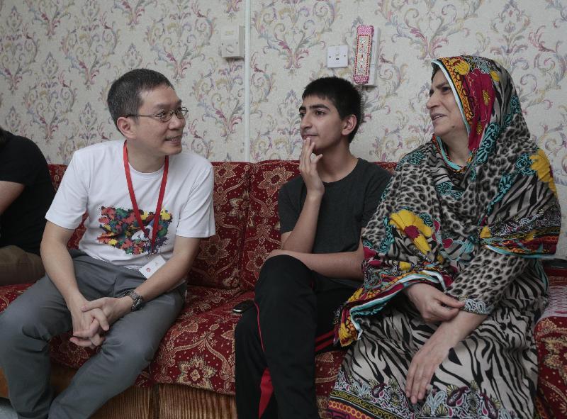 勞工處處長陳嘉信(左)今日(六月九日)下午到訪黃大仙區,參與「共慶回歸顯關懷」計劃的家訪活動,探訪南亞裔家庭,了解其生活情況。