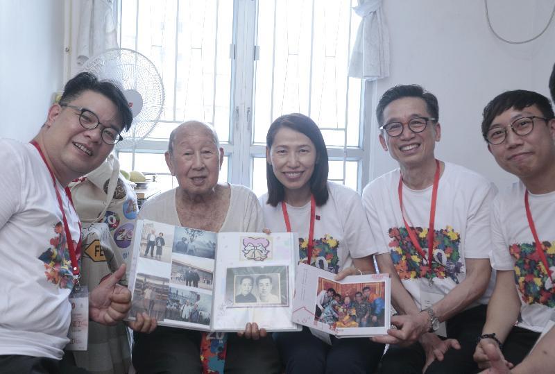 社會福利署署長葉文娟(中)今日(六月九日)下午到訪黃大仙區,參與「共慶回歸顯關懷」計劃的家訪活動,探訪獨居長者,了解其生活情況。