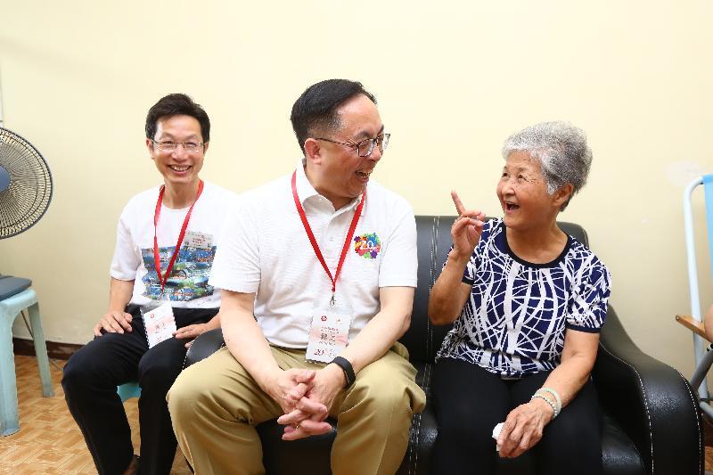 創新及科技局局長楊偉雄(中)今日(六月十日)下午在南區區議會主席朱慶虹(左一)陪同下,探望鴨脷洲邨一名獨居婆婆。