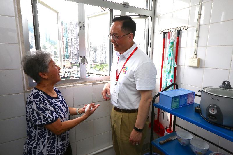創新及科技局局長楊偉雄(右)今日(六月十日)下午到鴨脷洲邨參與家訪活動,了解獨居婆婆的起居情況。