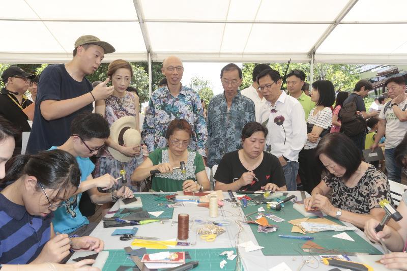 環境局局長黃錦星今日(六月十一日)在九龍灣零碳天地主持「零碳FUN墟」開幕禮後,參觀墟市攤位。
