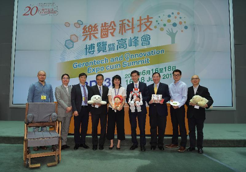 「樂齡科技博覽暨高峰會」六月十六日至十八日在香港會議展覽中心3D及3E展覽廳舉行。圖示早前記者會上主禮嘉賓介紹將於博覽會展出的部分產品,包括方便扶抱輪椅、機械人、智能電話簿和3D打印食物。
