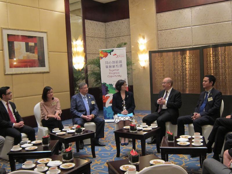 政制及內地事務局局長譚志源今日(六月十一日)訪問四川省成都市。圖示譚志源(右二)與在成都經商和工作的香港人會面。
