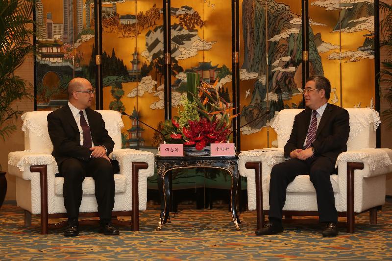 政制及內地事務局局長譚志源(左)今日(六月十一日)在成都與四川省副省長朱鶴新會晤。