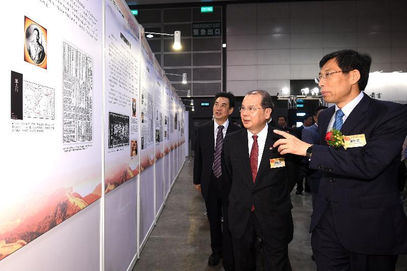 政務司司長張建宗今日(六月十四日)上午出席《大公報》創刊115周年大型圖片展覽開幕儀式。圖示張建宗(右二)參觀展覽。