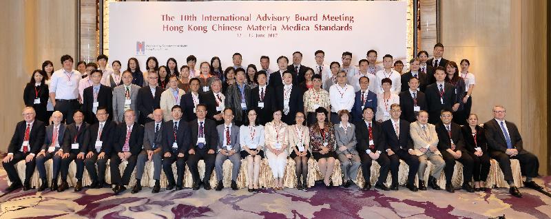 生署署长陈汉仪医生(前排右十)和生署副署长黎洁廉医生(前排左十)出席六月十二至十四日举行的香港中药材标准国际专家委员会第十次会议。