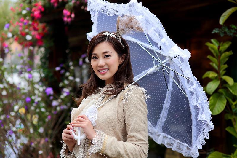 香港花卉展覽的「愛‧賞花」攝影比賽優勝作品由今日(六月十五日)至七月十五日,上午七時至晚上十一時在九龍公園拱廊展出,歡迎市民免費參觀。圖為無綫電視藝員及香港小姐造像攝影(公開組)冠軍作品。得獎者為李文傑。