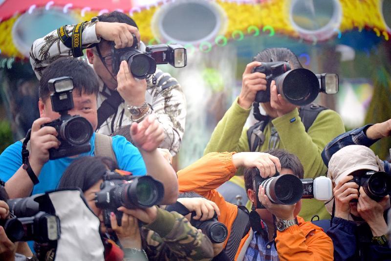香港花卉展覽的「愛‧賞花」攝影比賽優勝作品由今日(六月十五日)至七月十五日,上午七時至晚上十一時在九龍公園拱廊展出,歡迎市民免費參觀。圖為花絮攝影組冠軍作品。得獎者為姚國英。