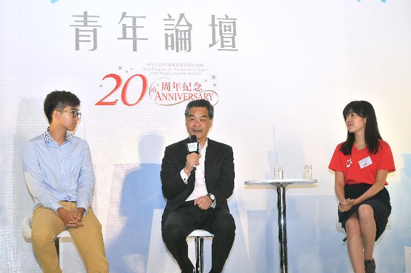 行政長官梁振英(中)今日(六月十五日)在深圳出席香港中華出入口商會主辦的「尋根追夢.同心同行」青年論壇,並於分享環節上發言。