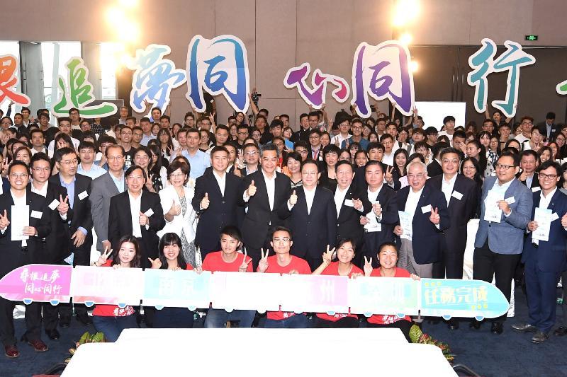 行政長官梁振英今日(六月十五日)在深圳出席香港中華出入口商會主辦的「尋根追夢.同心同行」青年論壇。圖示梁振英(第二排右八)及其他嘉賓和出席青年人在論壇上合照。