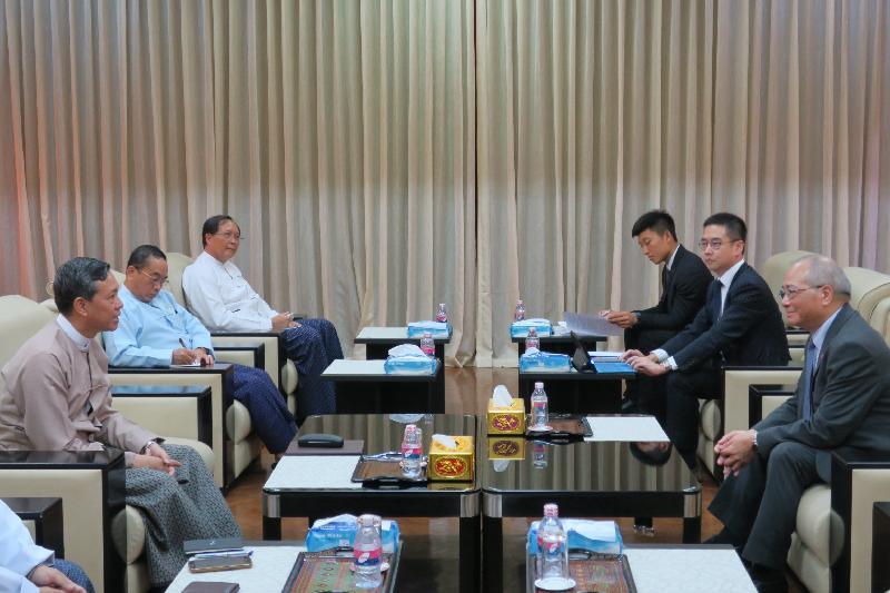 教育局局長吳克儉(右一)今日(六月十五日)與緬甸教育部部長苗登基博士(左一)在緬甸仰光舉行雙邊會議,雙方同意跟進及擬定教育合作備忘錄,為促進教育合作提供基礎。