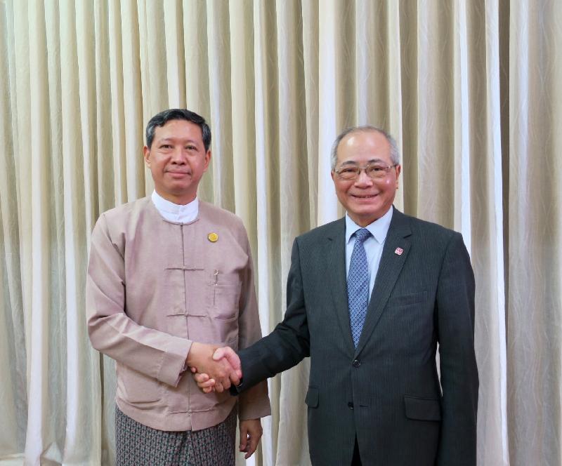 教育局局長吳克儉(右)今日(六月十五日)與緬甸教育部部長苗登基博士在緬甸仰光舉行雙邊會議。