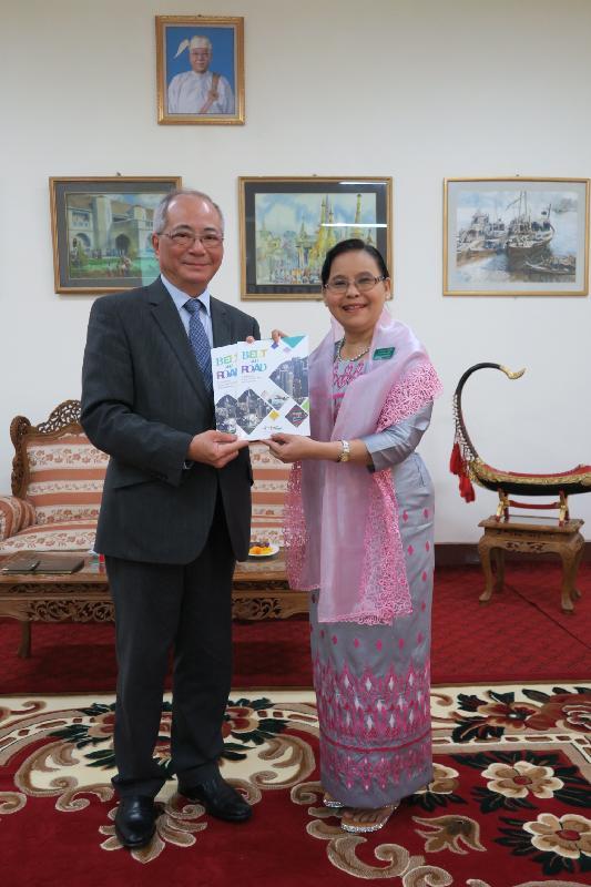 教育局局長吳克儉(左)今日(六月十五日)在緬甸與仰光教育大學署理校長Aye Aye Myint教授見面,就師資培訓交換意見。